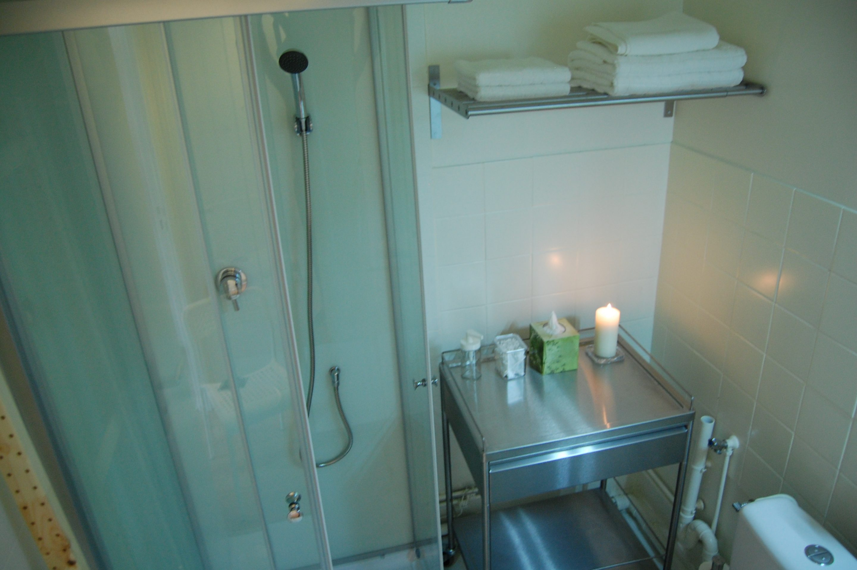 La cuisine de l'appart hôtel Deauville est dotée de plaques vitrocéramiques, d'une hotte, d'un petit réfrigérateur-congélateur.
